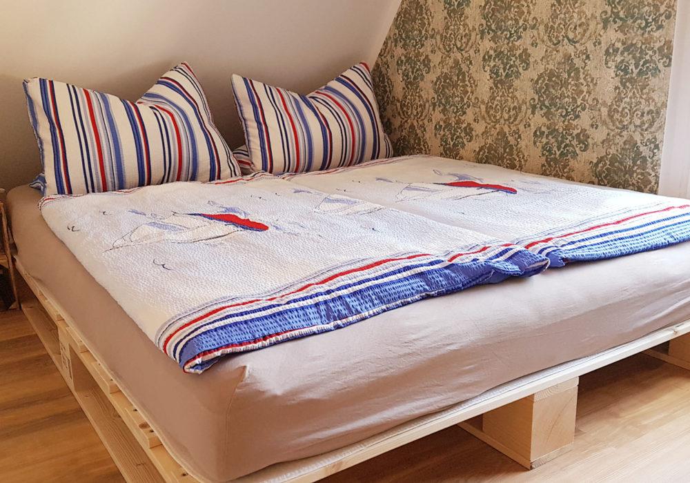 Modernes Palettenbett mit 160er Liegefläche in der Galerie von Fewo 3
